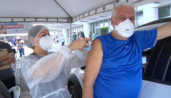 Manaus começa a vacinar pessoas 45 a 49 anos na terça (6), após chegada de novos lotes