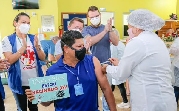 Prefeito de Parintins recebe 1ª dose de vacina contra a Covid-19