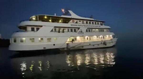 Festival em barco de luxo é flagrado com mais de 60 estrangeiros no Rio Negro, em Manaus
