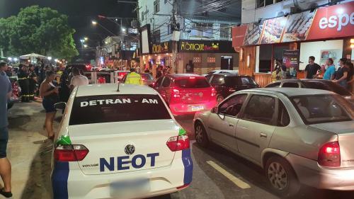 Detran-AM flagra 23 motoristas alcoolizados em aglomeração na Praça do Caranguejo, em Manaus