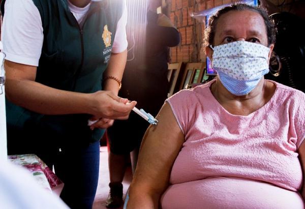 Manaus aplica 2ª dose em população ribeirinha acima de 60 anos