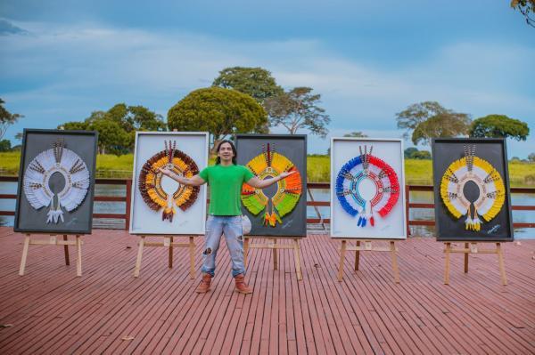 Exposição 'Cocares Emoldurados' reúne obras de artista parintinense, em Manaus
