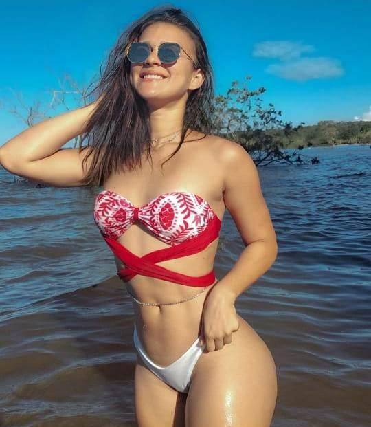 Em praia de Santarém, Geisse Lucena mostra barriga chapada e aposta em acessório tendência
