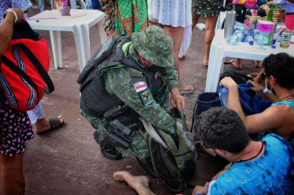 Fiscalização acaba com 'rave' regada à drogas, em flutuante de Manaus