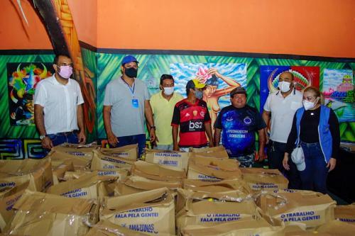Governo e Prefeitura entregam 200 cestas básicas a artistas de Parintins afetados pela enchente