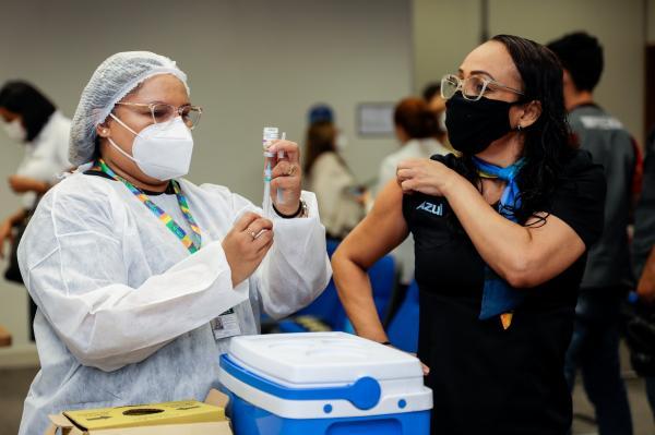 Manaus inicia vacinação contra a Covid de trabalhadores do transporte aéreo