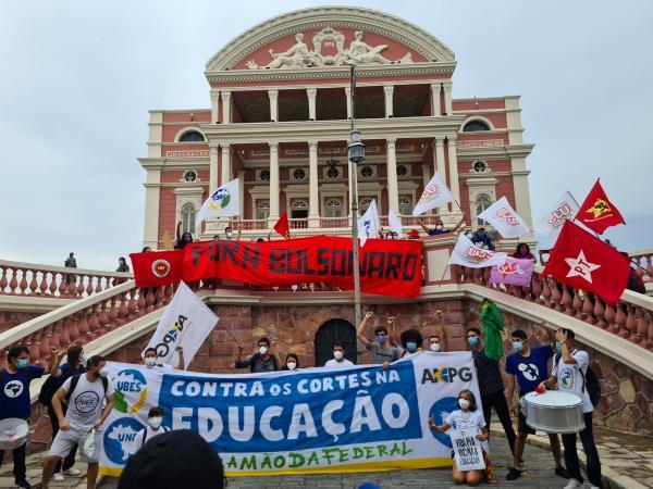 Em Manaus, ato contra Bolsonaro pede 'Fora Genocida' e vacina para todos