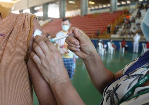 Manaus inicia vacinação de trabalhadores do transporte coletivo e caminhoneiros