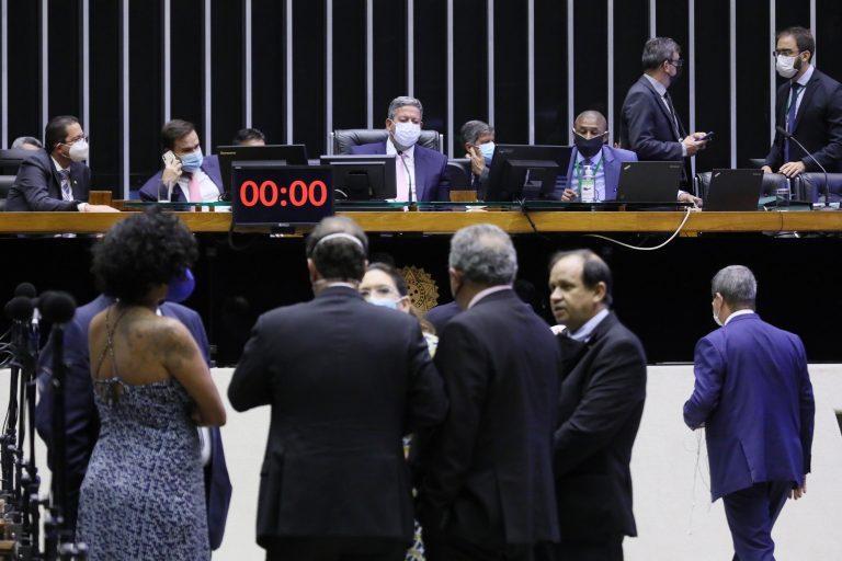 Câmara derruba quarentena eleitoral para militares, juízes e policiais