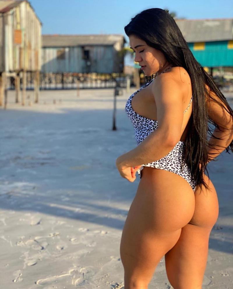 Bruna Tsuchiya surge de maiô em clique sexy, em praia de Belém