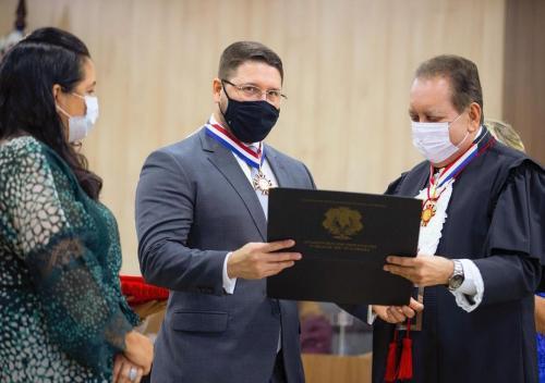 As vésperas do julgamento de Wilson, Almeida recebe Mérito Judiciário do TJ/AM