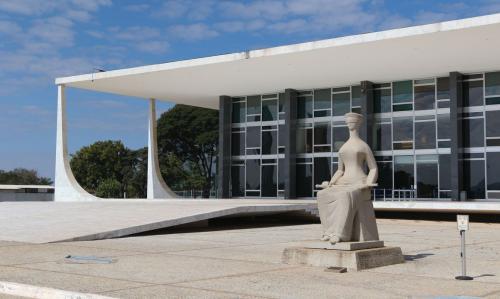 Moraes vota contra decretos sobre armas; Nunes Marques pede vista
