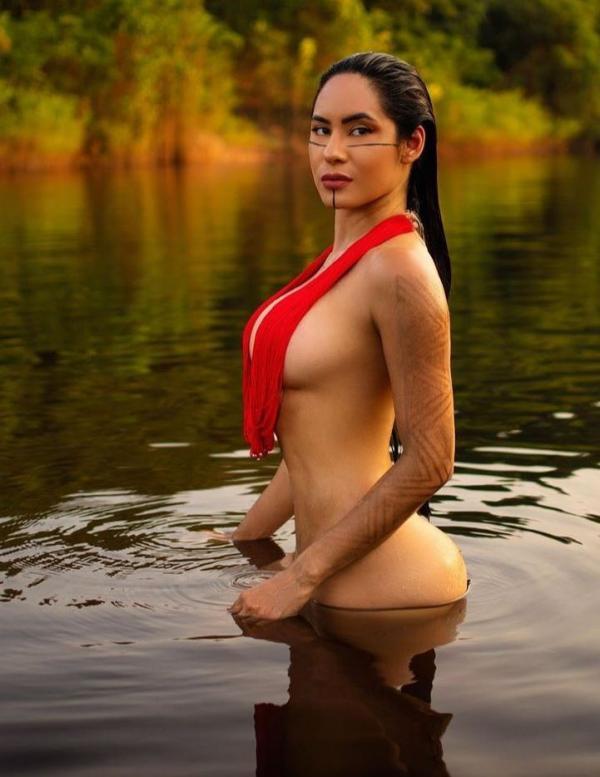 Cunhã-poranga do Garantido posa em ensaio ousado, nos 352 anos de Manaus