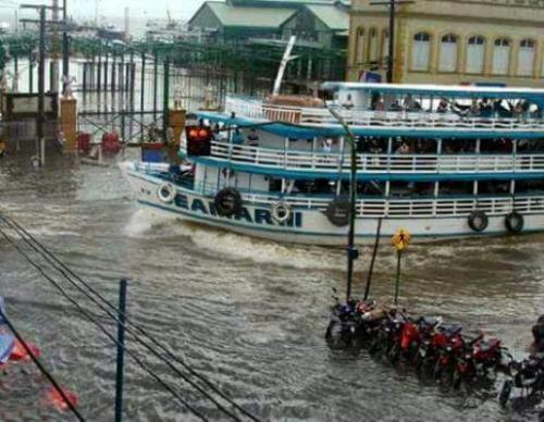 Forte chuva causa alagamentos e deixa trânsito lento em Manaus