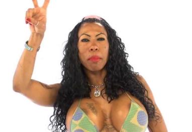 Inês Brasil se masturba em show, choca público e gera onda de críticas