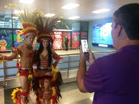 Turistas e passageiros são recebidos com toadas no aeroporto de Manaus
