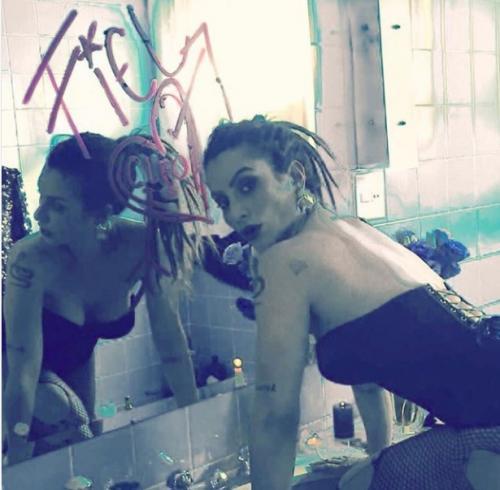 Cleo Pires publica foto ousada nas redes sociais e seguidora comenta: 'até eu virava lésbica'