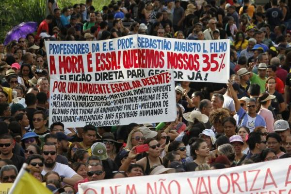 Professores deflagram greve geral no Estado