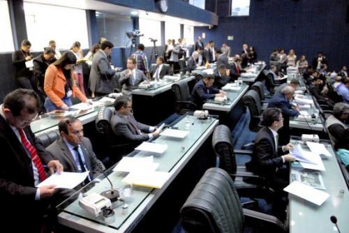 Deputados votam hoje (25) reajuste salarial para servidores da saúde