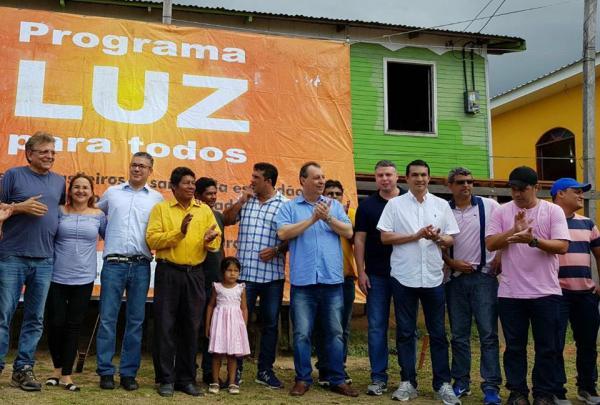 Comitiva liderada por Omar Aziz inaugura Luz Para Todos, em comunidade de Manacapuru