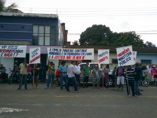 Moradores de Coari protestam em frente ao Fórum de Justiça por afastamento de Adail