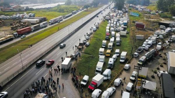 Caminhoneiros mantêm bloqueios nesta segunda-feira (28) em todo o País