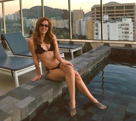 Sophia Abrahão posa de biquíni na piscina e fãs comparam com Claudia Raia