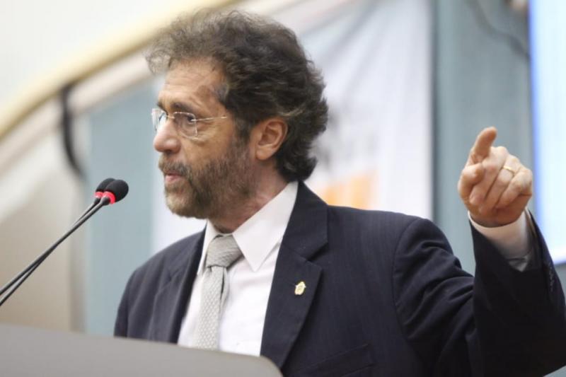 Vereador Plínio Valério por meio de projeto de lei incentiva o apoio aos artistas de rua