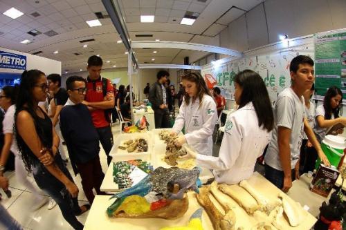 Feira gratuita reúne informações sobre ensino superior em Manaus