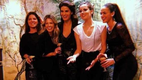 Marquezine, Camila Queiroz e Isabeli Fontana curtem noite na Itália