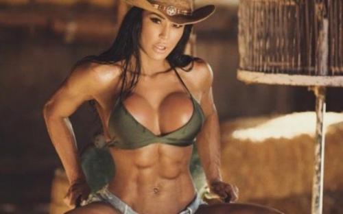 Gracyanne Barbosa sensualiza de cowgirl nos EUA