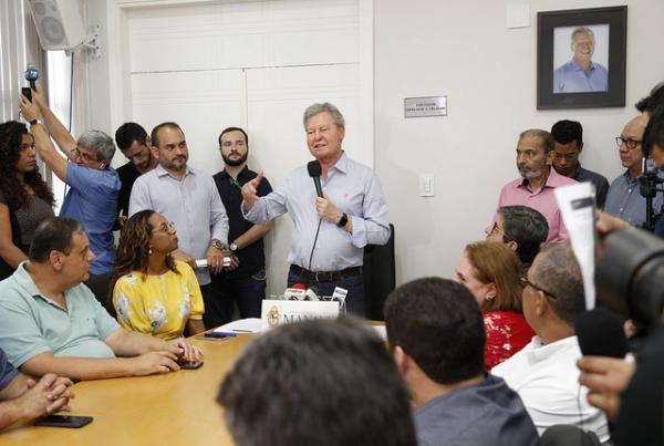 Prefeito de Manaus premia em R$12 milhões professores com desempenho positivo no Ideb