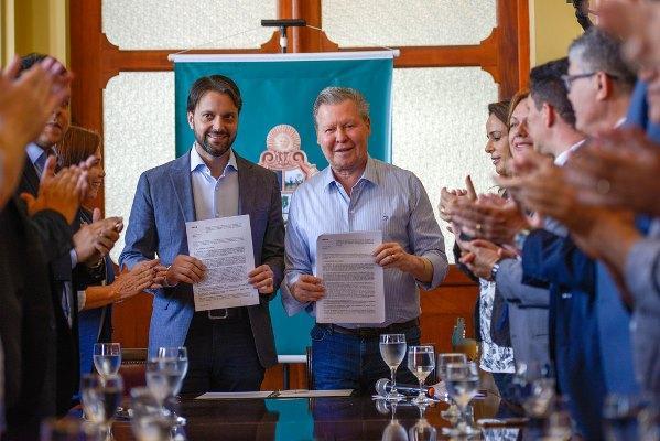 Arthur Neto assina contrato de R$ 48 milhões para construção de casas