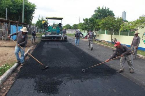 Ruas do bairro Itaúna 2 recebem recapeamento asfáltico, em Parintins