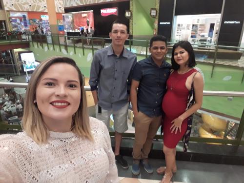 MINHA SELF | Rayça e amigos durante passeio em shopping de Manaus