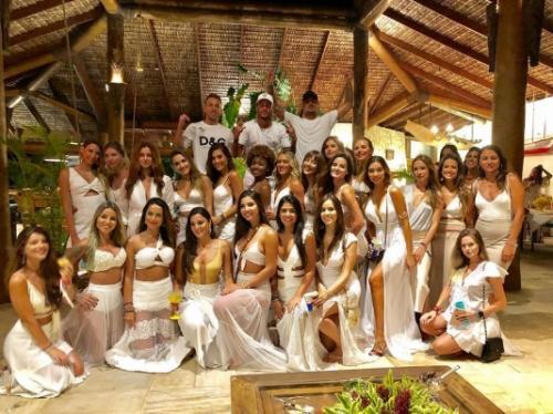 Neymar e Medina comemoram Ano Novo ao lado com 26 mulheres