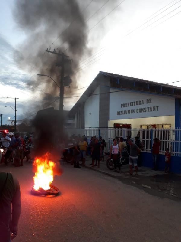 Prefeitos de Tabatinga e Benjamin não pagam salários e servidores protestam