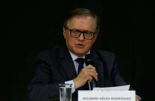 MEC exonera dez servidores após polêmica com livros didáticos