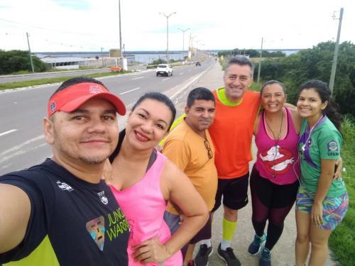 MINHA SELF | Luciana Bruce em caminhada, com amigos, na Ponte Rio Negro