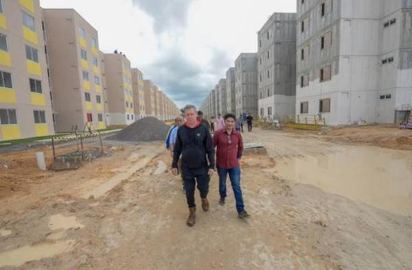 Arthur visita Residencial Manauara 2 com 70% das obras concluídas