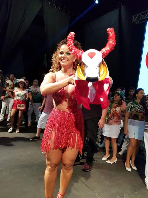 'Em Parintins, sou vermelho e amo o boi Garantido', diz Viviane Araújo