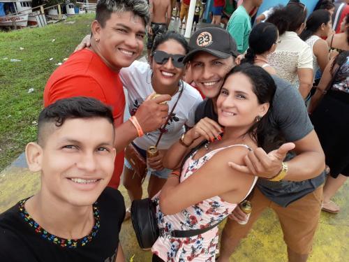 MINHA SELF | Elcinho Magalhães e família na festa do Aduacá, em Nhamundá
