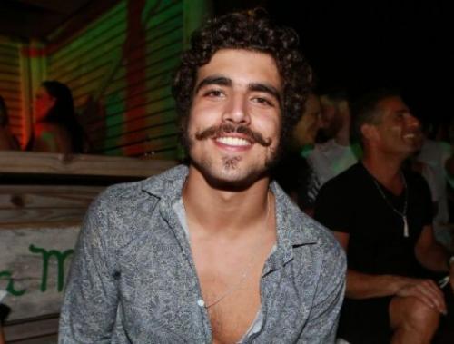 Caio Castro bate em fotógrafo e deixa festa acompanhado da polícia, diz site