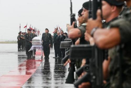 Debaixo de chuva e muita emoção, corpos das vítimas são recebidos em Chapecó