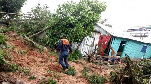 Famílias de Tefé afetadas por deslizamentos de terra recebem ajuda da Defesa Civil