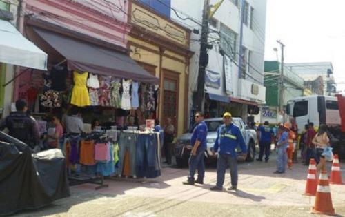Fiscais do Implurb apreendem materiais em calçadas da Eduardo Ribeiro e rua da Instalação