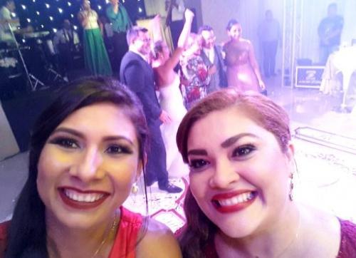 MINHA SELF   Hellen Picanço e a amiga Gina Simas, em festa de casamento