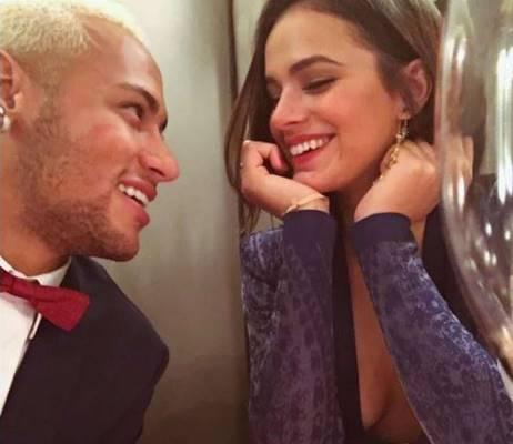 | Neymar mostra presente 'picante' que ganhou de Bruna Marquezine