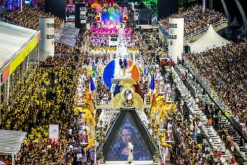 Passarela do samba de São Paulo recebe sete escolas na segunda noite de desfiles