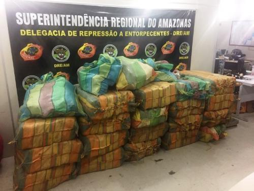 PF apreende embarcação com quase duas toneladas de drogas; 4 foram presos